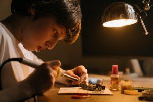 Los niños desarrollan habilidades en robótica y programación con Arduino en actividades extraescolares
